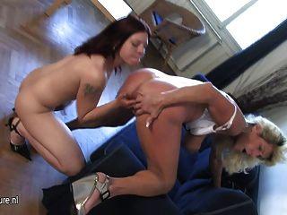 geile Hausfrau mit einem heißen Teen Tochter spielen