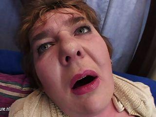 mollig Mutter auf ihre Muschi aussteigen