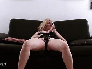alte blonde Hausfrau auf Casting Couch masturbiert