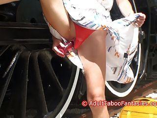 hot MILF fickt sich mit Dildo neben Bahngleisen