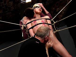 Sklavenjungen gefesselt und mehrmals zuckte