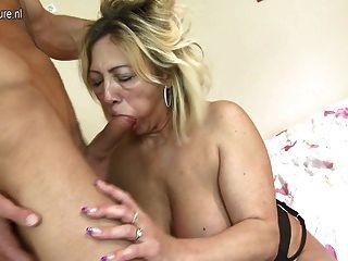 reife Schlampe Mutter von ihrem kleinen Jungen gefickt