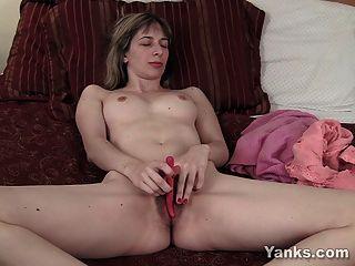 kleine breasted amateur liebäugelt alice ihre Muschi