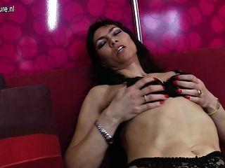 sexy reife Hausfrau bekommt ihre haarige Muschi nass