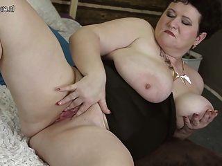 vollbusigen Mama spielt mit ihrem alten Pussy