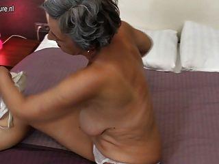 Oma mit rasierte Muschi hungrig nach Fick