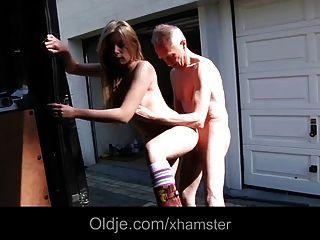 Glück Oldman fickt Exqusite blonde Teenager in einem van