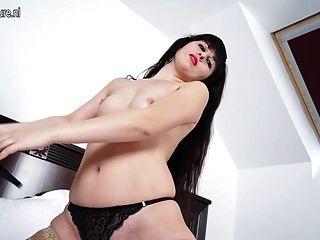 hot MILF masturbieren auf ihrem Bett