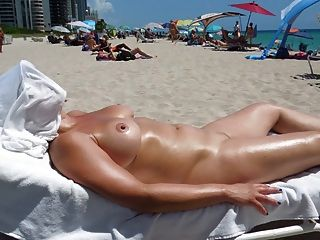 perfekte Brüste auf FKK-Strand
