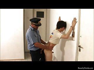 frecher Junge durch schlüpfrige Polizei verhaftet und gefickt