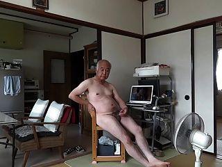 japanisch alter Mann Masturbation Penis Sperma fließt aufrecht