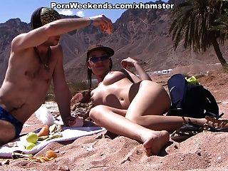 hübsches Mädchen hat Sex auf sandigen Strand