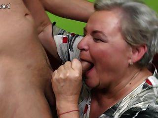 Naughty große Großmutter mit ihrem kleinen Jungen, die Sex