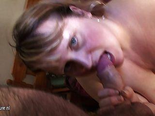 große Mutter mirella bekommt ein Gesicht voller Sperma