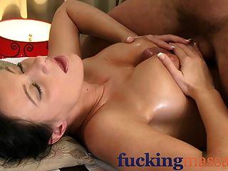 Massageräume, reife Frau mit behaarte Pussy gegeben Orgasmus