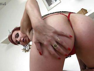 damn hot Amateur Mutter spielt mit ihrer Pussy