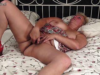Beute Arsch und vollbusig Oma mit Spielzeug