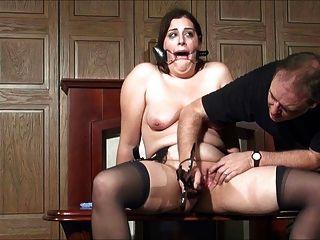 Milf bekommt Orgasmen durch Folter 2 von 2