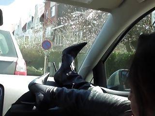 reiche Hündin im Auto unter Graben nackt und Oberschenkel hohe Stiefel