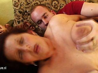 Großmutter fickt einen kleinen Jungen