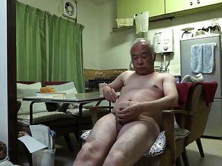 japanisch alter Mann gute Gefühle Mann berührt sogar den Nippel