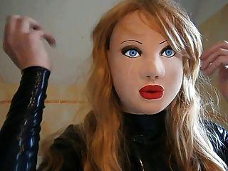 maskierten Latex-Puppe mit blonden Perücke