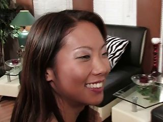 wunderschöne Brünette und sexy asiatische teilen sich ein Doppeldildo (hd)