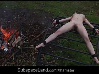 mager hilflos Sklave expoited außerhalb von ihrem Meister