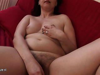 Amateur Hausfrau mit ihren haarigen Pussy spielen