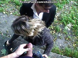 blonde Babe tut Blowjob im Wald