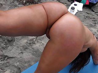 sexy MILF zeigt uns ihre Leckereien am Strand