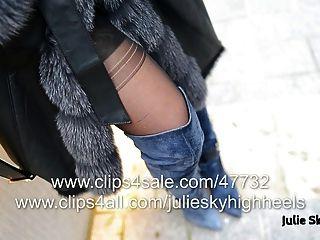 die sexy Mädchen in Overknee-Stiefel nackt unter furcoat