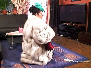 elegante Pelz Hure ficken und einen Schwanz in Strümpfen saugen