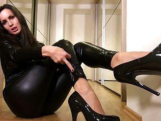 sexy Babe in glänzenden schwarzen Catsuit