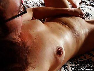 Mutter saugt ihr Höschen mit Muschisaft
