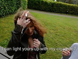 2 lesbische Schlampen auf der Bank das Rauchen in Oberschenkel hohe Stiefel & Brüste