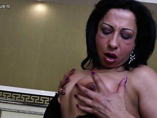 arab reife Mutter mit großen schwarzen Gummischwanz