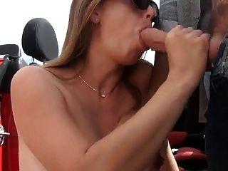 schwangere Frau saugen außerhalb Auto