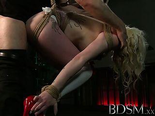 bdsm xxx tätowierten Sklaven suspendiert und auf cum