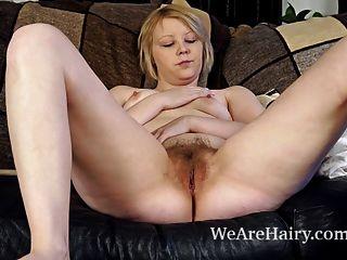 Danniella spielt mit ihrer haarigen Muschi auf der Couch