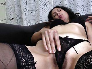 reife Mutter fickt ihren Arsch und Haarige Muschi mit den Fingern