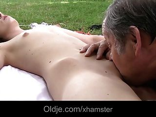 junge Brünette Teen fickt mit Fett Oldman
