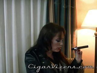 Sherry raucht eine Zigarre