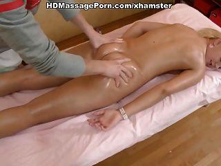 heiße Blondine ausgezogen massiert und hart von ihrem Masseur gefickt