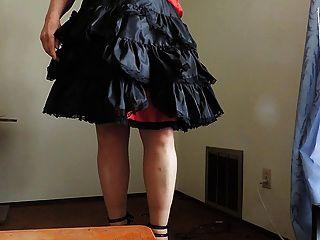 Sissy ray in schwarz gekräuselten Rock und sexy Fersen