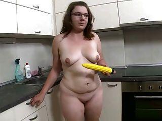 mollig schön Nerd und ihr gelbes Spielzeug