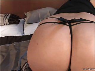 blond Große Brüste Euro Milf spielen im Bett mit ihren großen Titten