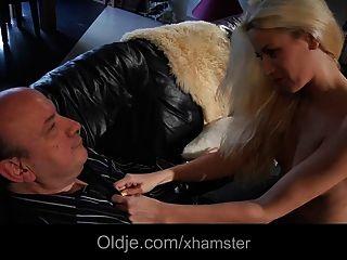 Oldman fickt seine junge blonde Nachbarin