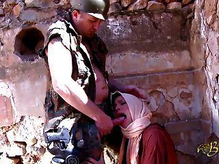 cette beurette pompe le soldat avant de se faire baiser