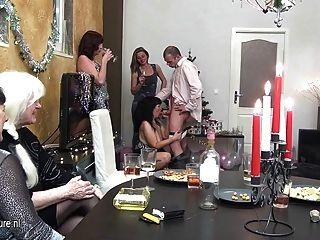 alte und junge christmas party goes wild